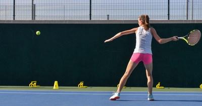Entrenamiento tennis y preparación física en pista. Centro de alto Rendimirnto Top Tennis