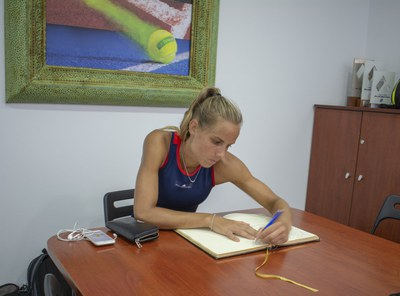 Arantxa Rus firma en el libro del Torneo.